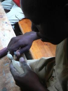 Un artigiano di Cyeza mentre scolpisce una statuina